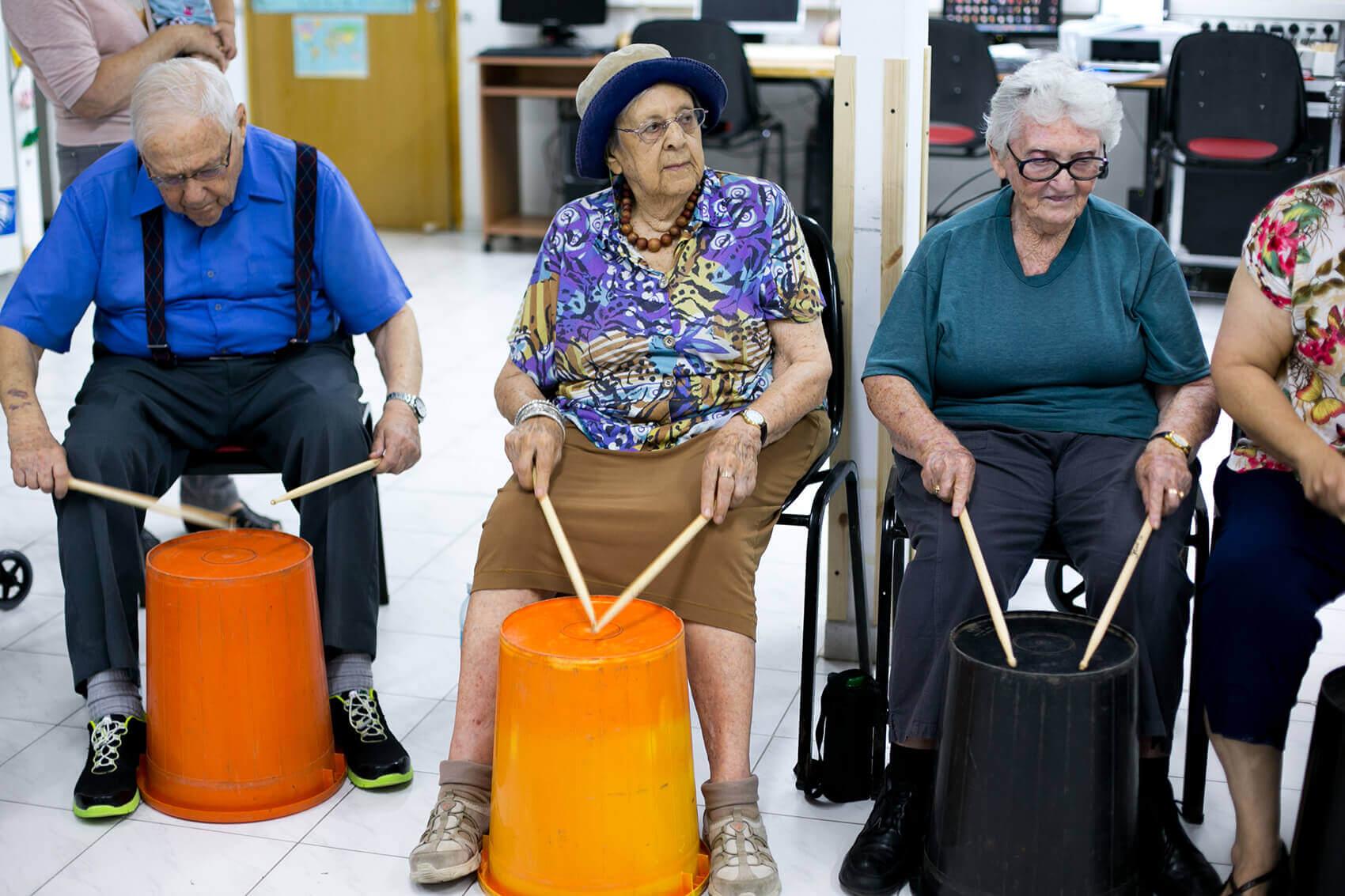 מעגל מתופפים בפעילות במועדון בית נועם רגבה